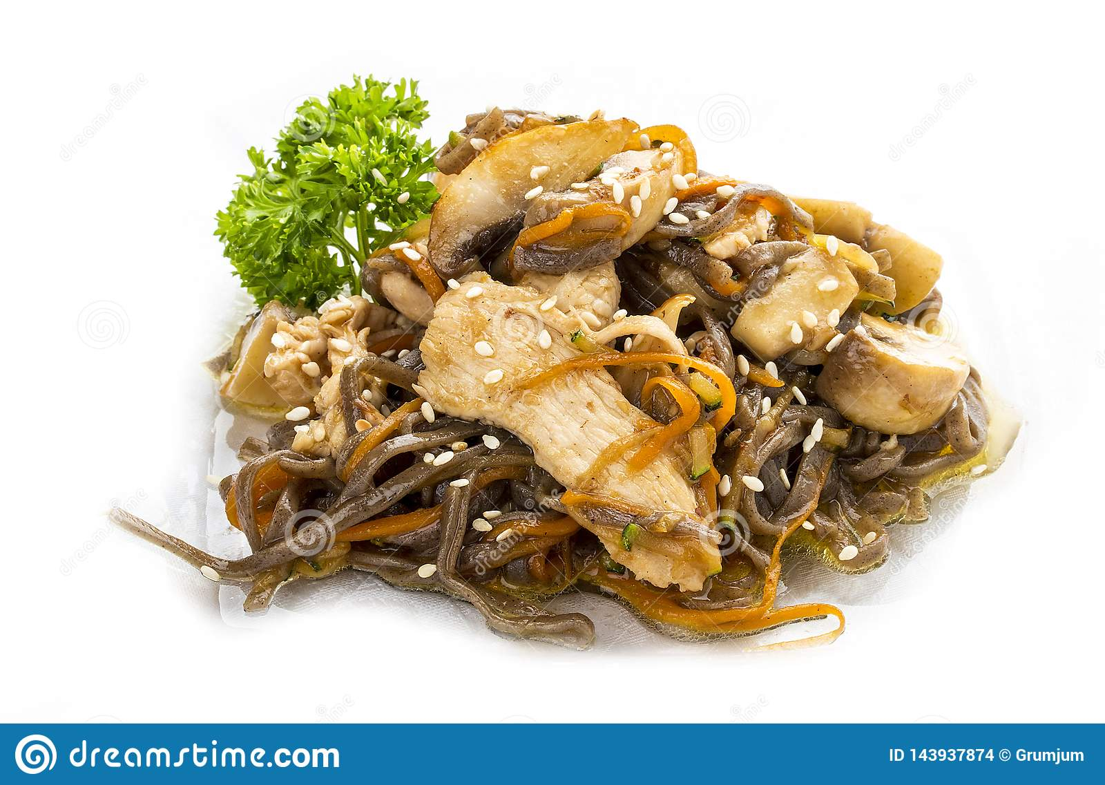 Κοτόπουλο στη σάλτσα teriyaki με τα νουντλς, τα μανιτάρια και τα καρότα φαγόπυρου ασιατικό μεσημεριανό γεύμ