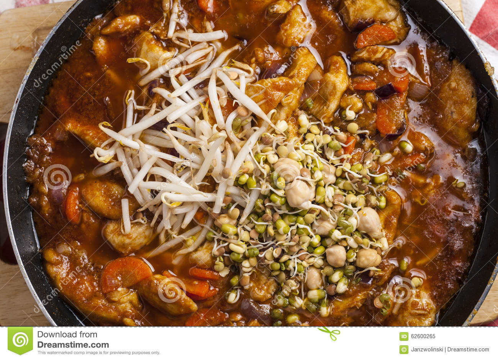 Κοτόπουλο Szechuan που μαγειρεύεται στο τηγάνισμα του τηγανιού