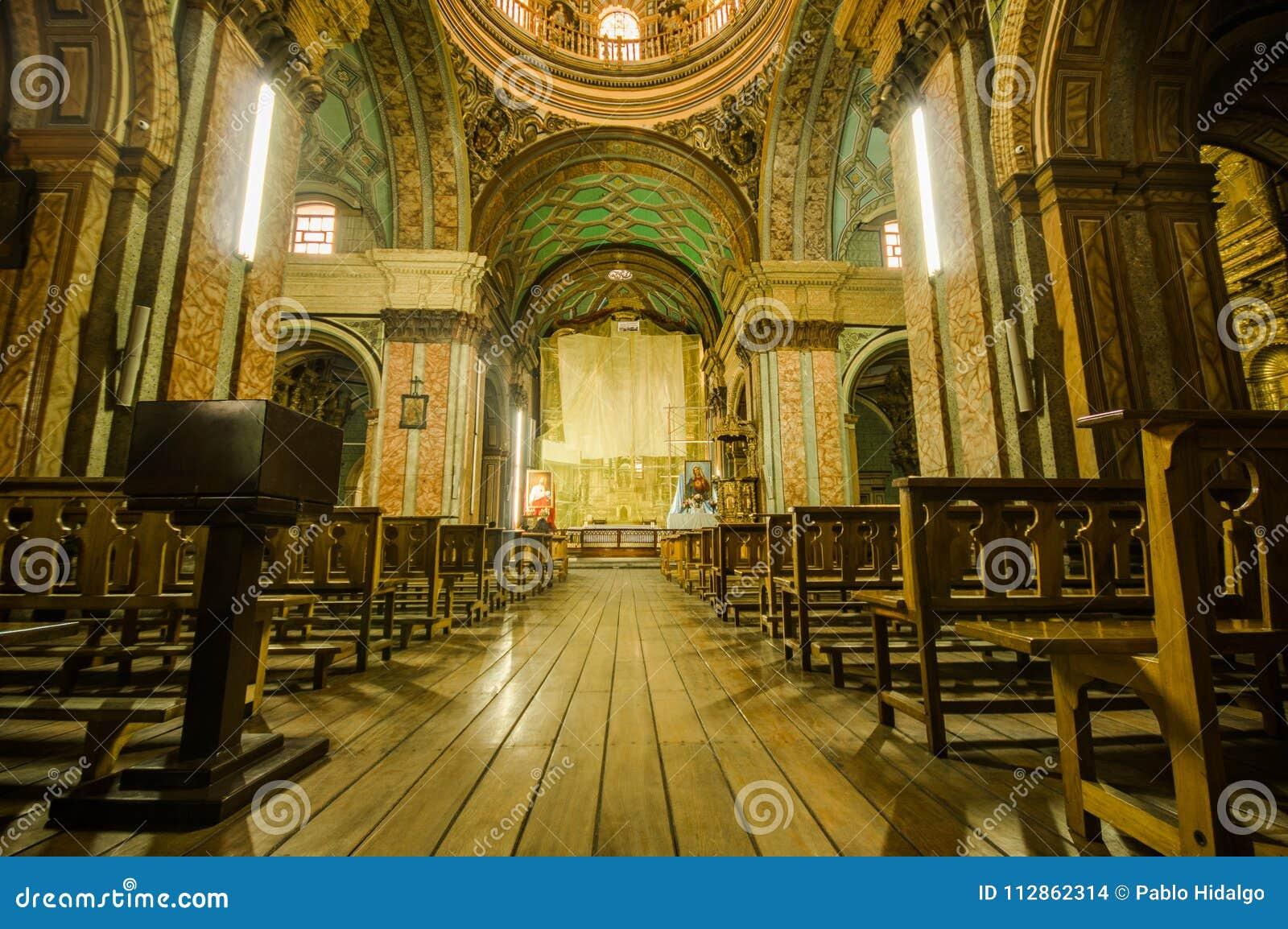 ΚΟΥΙΤΟ, ΙΣΗΜΕΡΙΝΟΣ, ΣΤΙΣ 22 ΦΕΒΡΟΥΑΡΊΟΥ 2018: Εσωτερική άποψη της εκκλησίας Λα Catedral στον καθεδρικό ναό του Κουίτο ` s