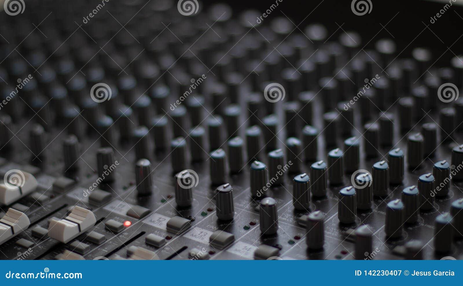 Κουμπιά και ελεγκτές ενός αναμίκτη στούντιο