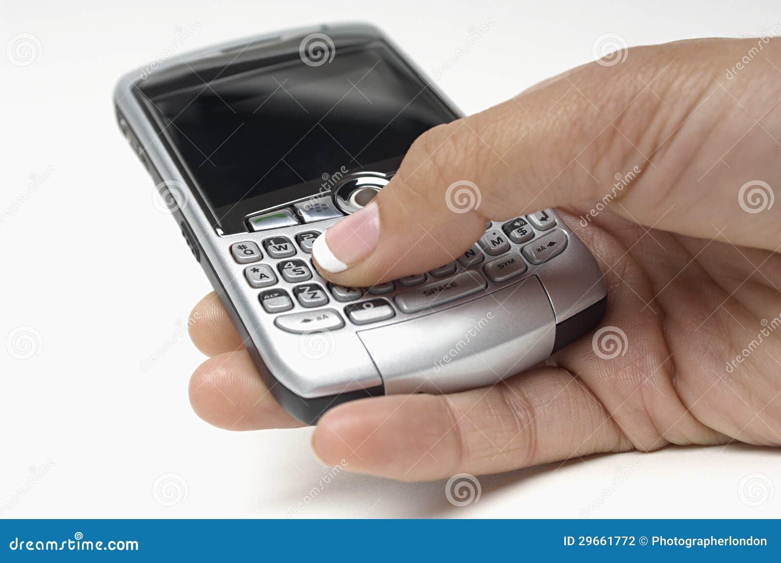Κουμπιά συμπίεσης χεριών στο κινητό τηλέφωνο ενώ μήνυμα