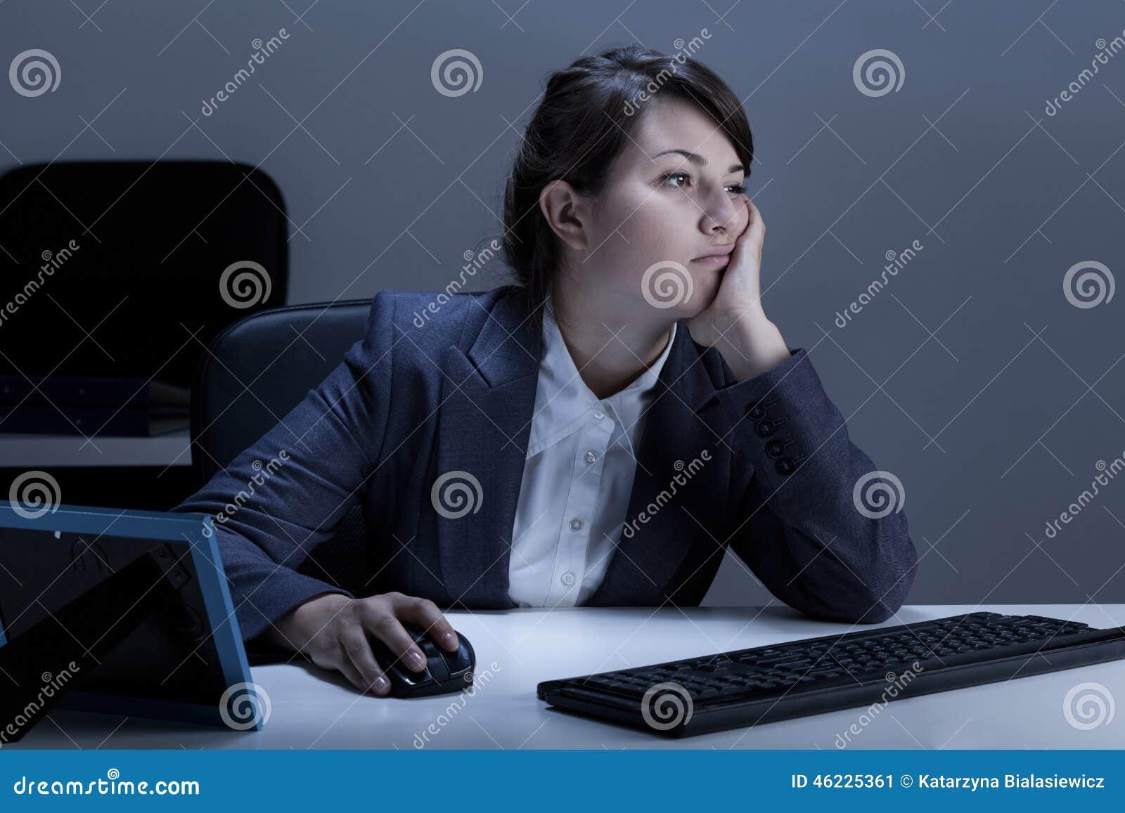Κουρασμένη γυναίκα που εργάζεται στο γραφείο