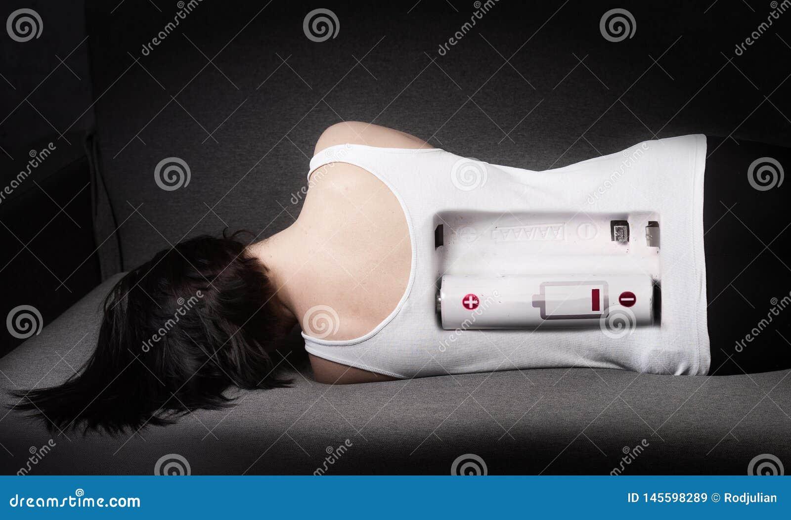 Κουρασμένη γυναίκα στο κρεβάτι Χαμηλή ενεργειακή έννοια