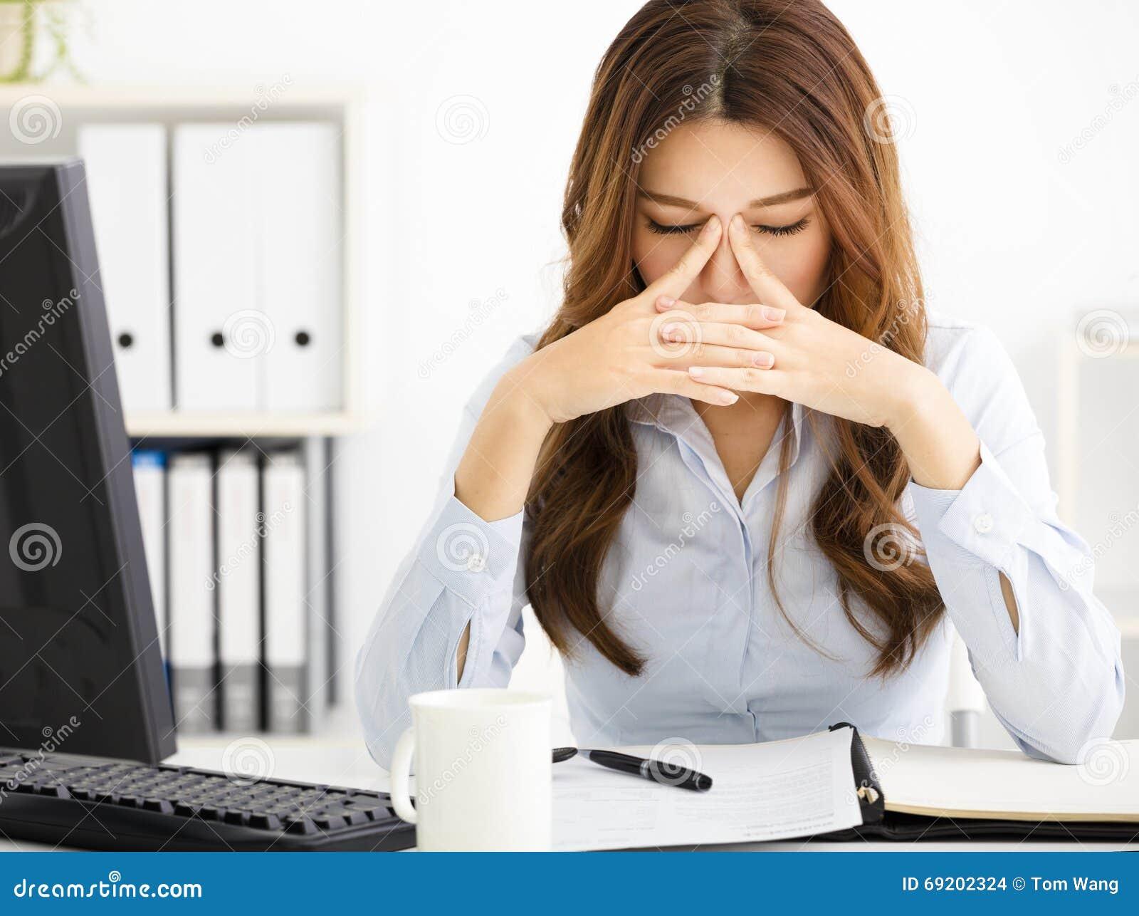 κουρασμένη νέα εργασία επιχειρησιακών γυναικών στην αρχή