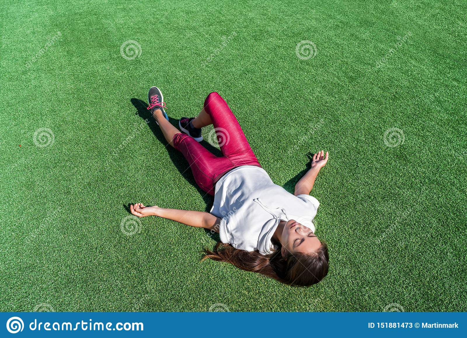 Κουρασμένος αθλητής που ξαπλώνει μετά από το έντονο workout