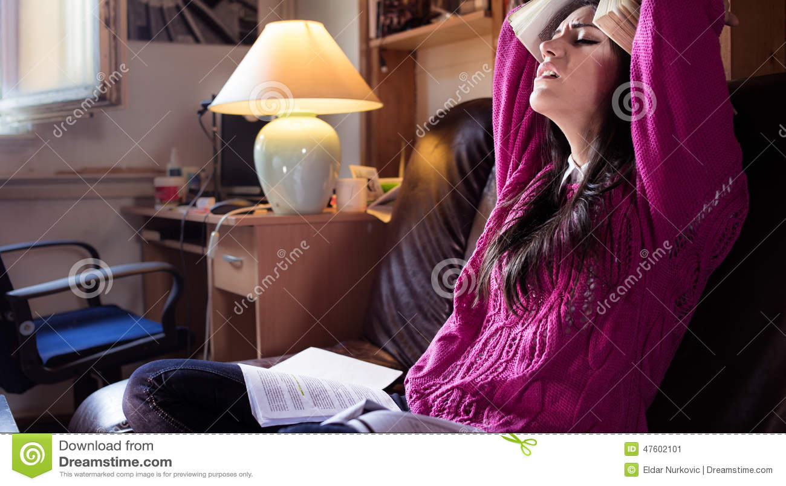 Κουρασμένος σπουδαστής που έχει πολύ που διαβάζει Ανησυχημένος τονισμένος σπουδαστής Ο σπουδαστής μελετά Μελέτη επάνω