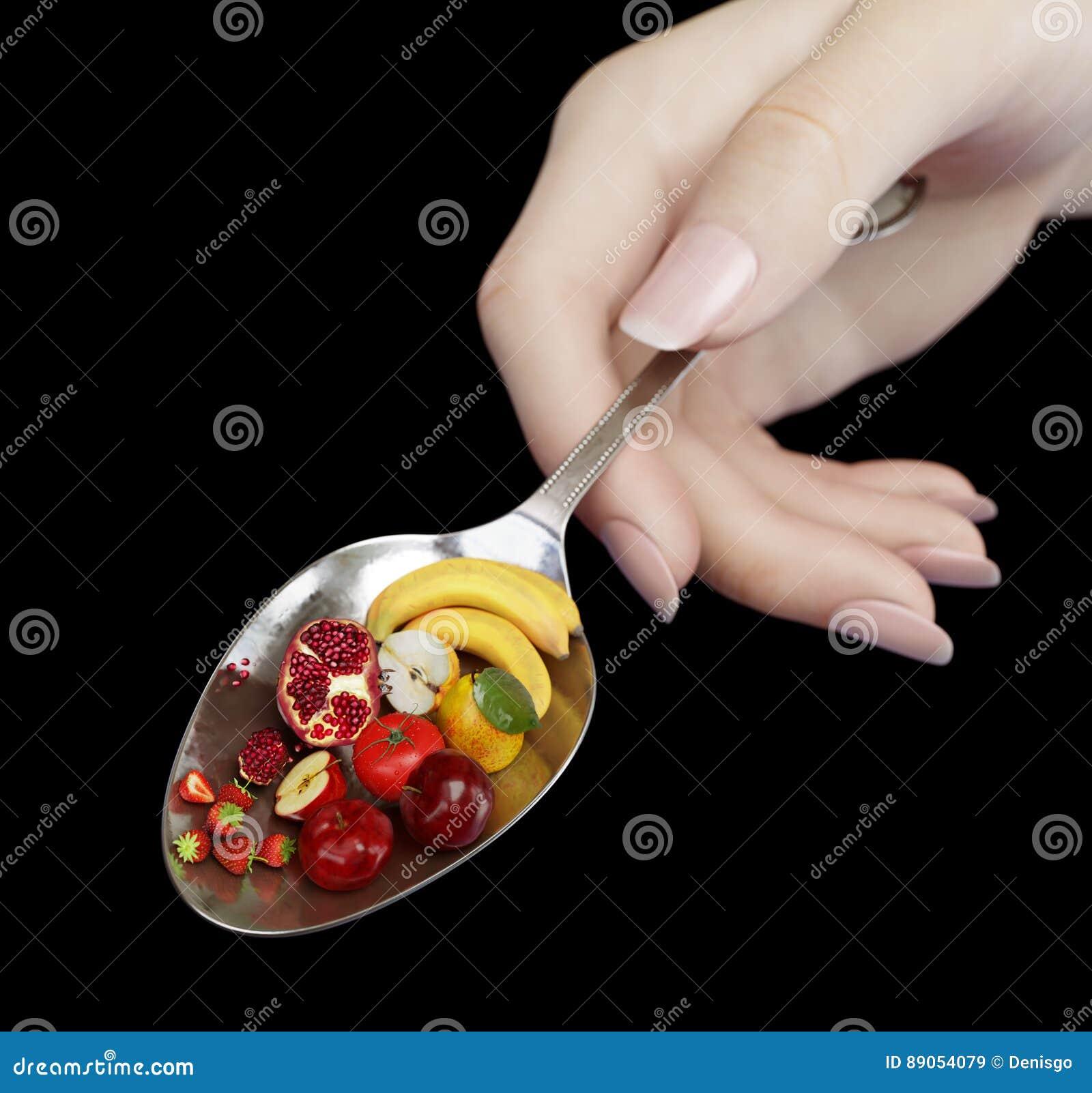 Κουτάλι εκμετάλλευσης χεριών γυναικών με τα φρούτα στη μαύρη κινηματογράφηση σε πρώτο πλάνο φωτογραφιών έννοιας διατροφής απομονώ