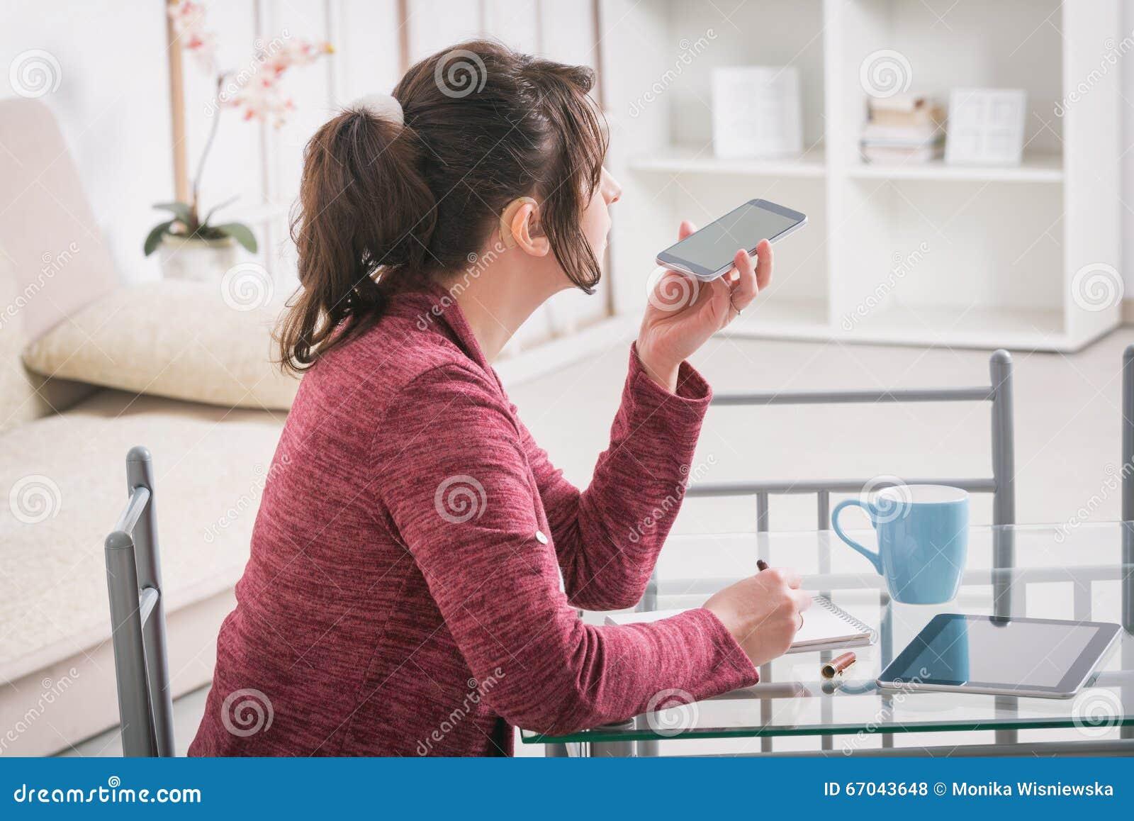 Κουφή γυναίκα που εργάζεται με την ταμπλέτα