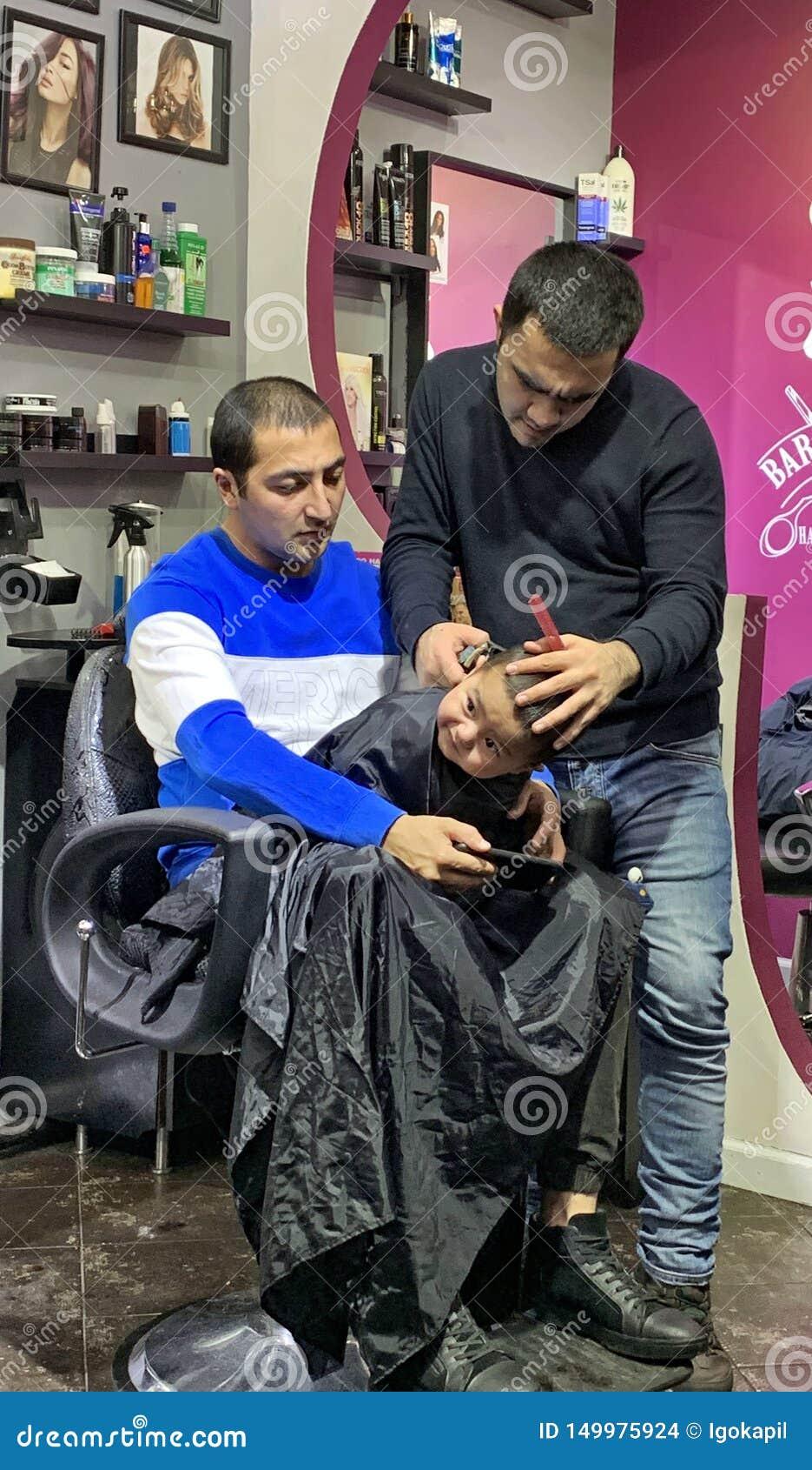 Κούρεμα παιδιών προβλήματος στον πατέρα γονάτων barbeshop