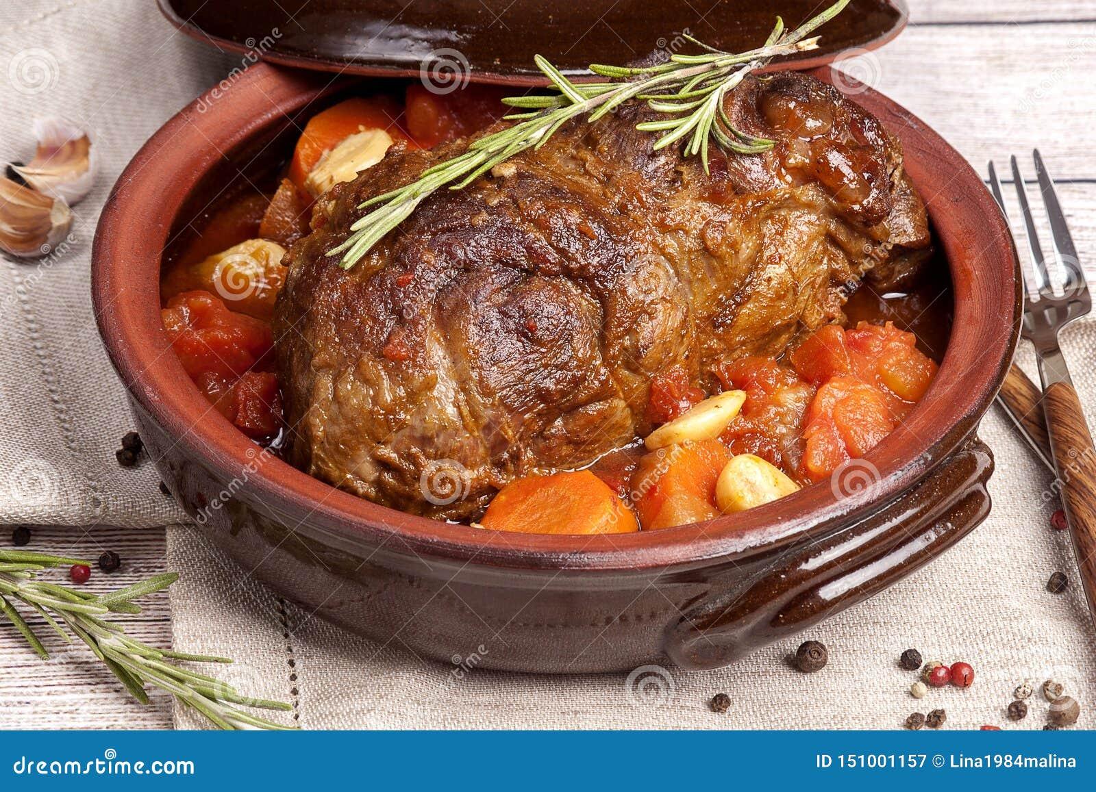 Κρέας που ψήνεται με τα λαχανικά