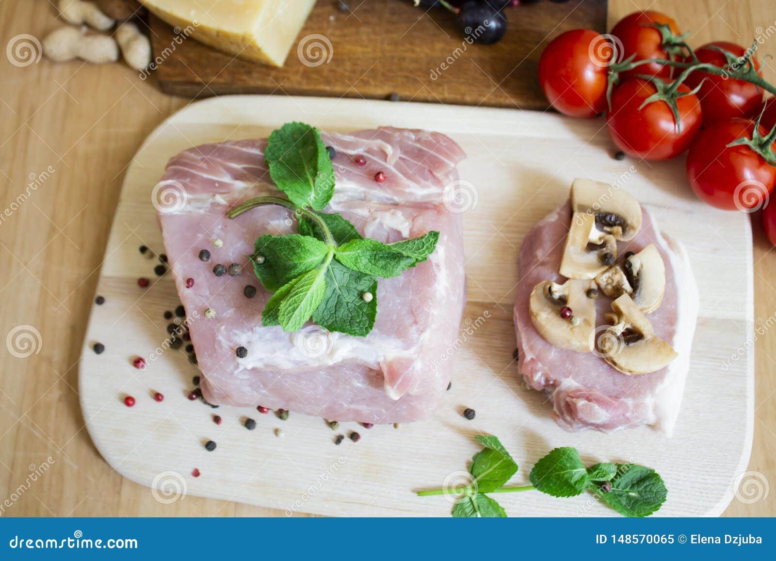 Κρέας του χοιρινού κρέατος ή του βόειου κρέατος για το μαγείρεμα Πιπέρι με τις ντομάτες μεντών και κερασιών Μπριζόλα με τα μανιτά