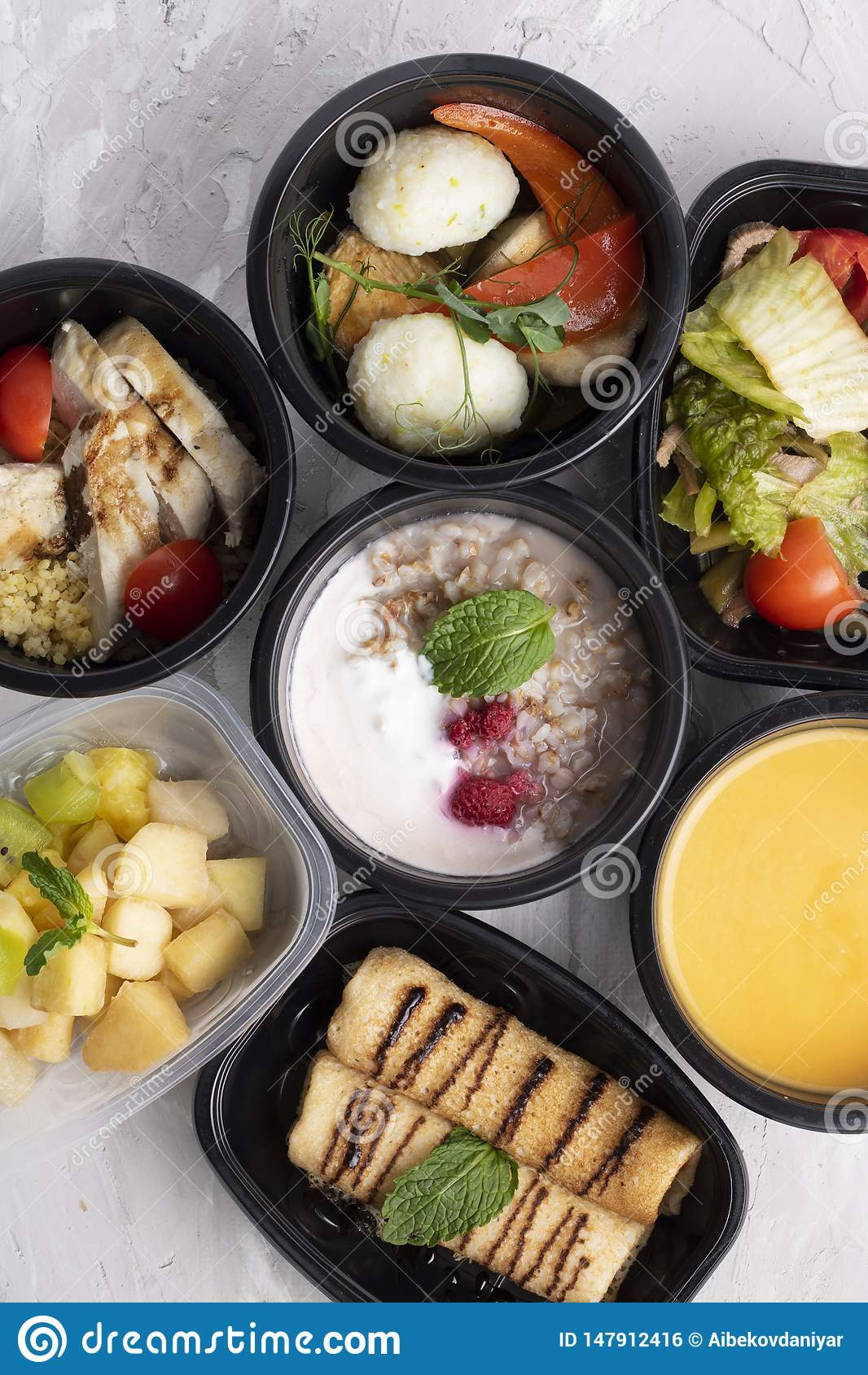 Κρέμα σούπας κολοκύθας, βρασμένα στον ατμό κοτόπουλο και λαχανικά, έτοιμο γεύμα για την κατάλληλη διατροφή και ισορροπημένη διατρ