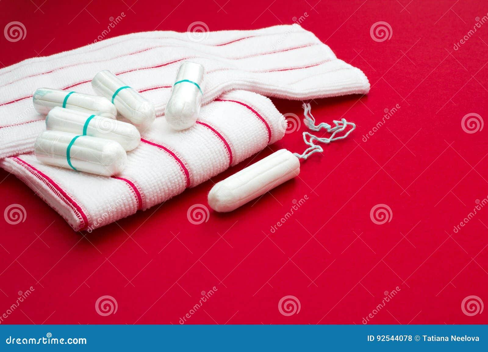 Κρίσιμες ημέρες γυναικών, γυναικολογικός κύκλος εμμηνόρροιας, περίοδος αίματος Κόκκινες πετσέτες λουτρών του Terry και υγειονομικ