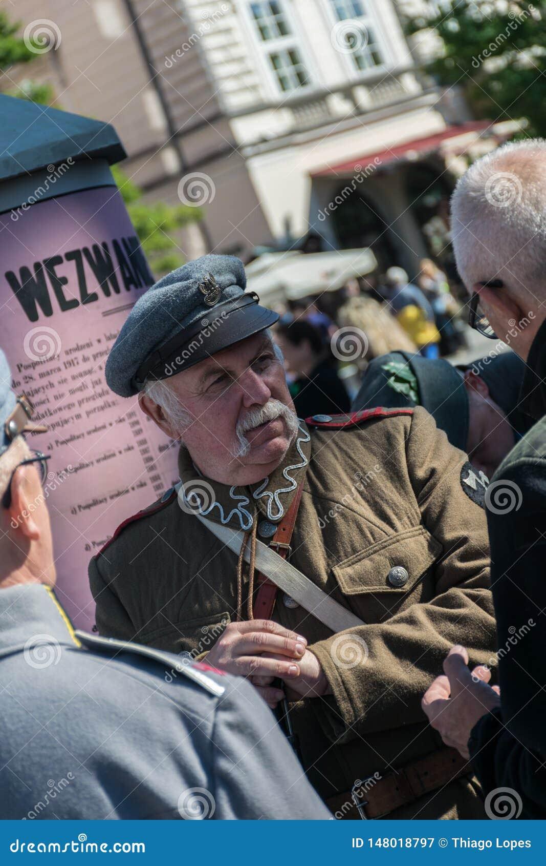 Κρακοβία, Πολωνία - 23 Σεπτεμβρίου 2018: nMan που ντύνεται στις πολωνικές στολές από τον Πρώτο Παγκόσμιο Πόλεμο που κρατά ένα κυν
