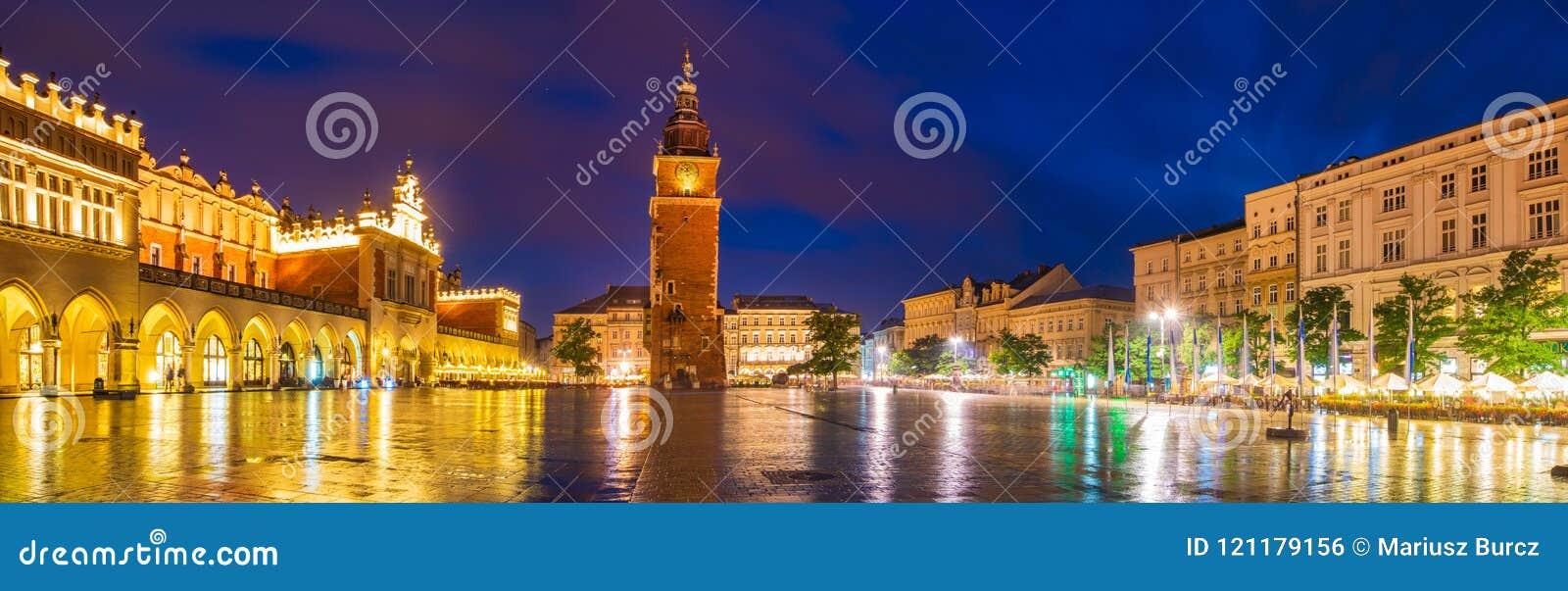 Κρακοβία, Πολωνία τον Ιούνιο του 2018: Sukiennice τή νύχτα, κύριο τετράγωνο αγοράς