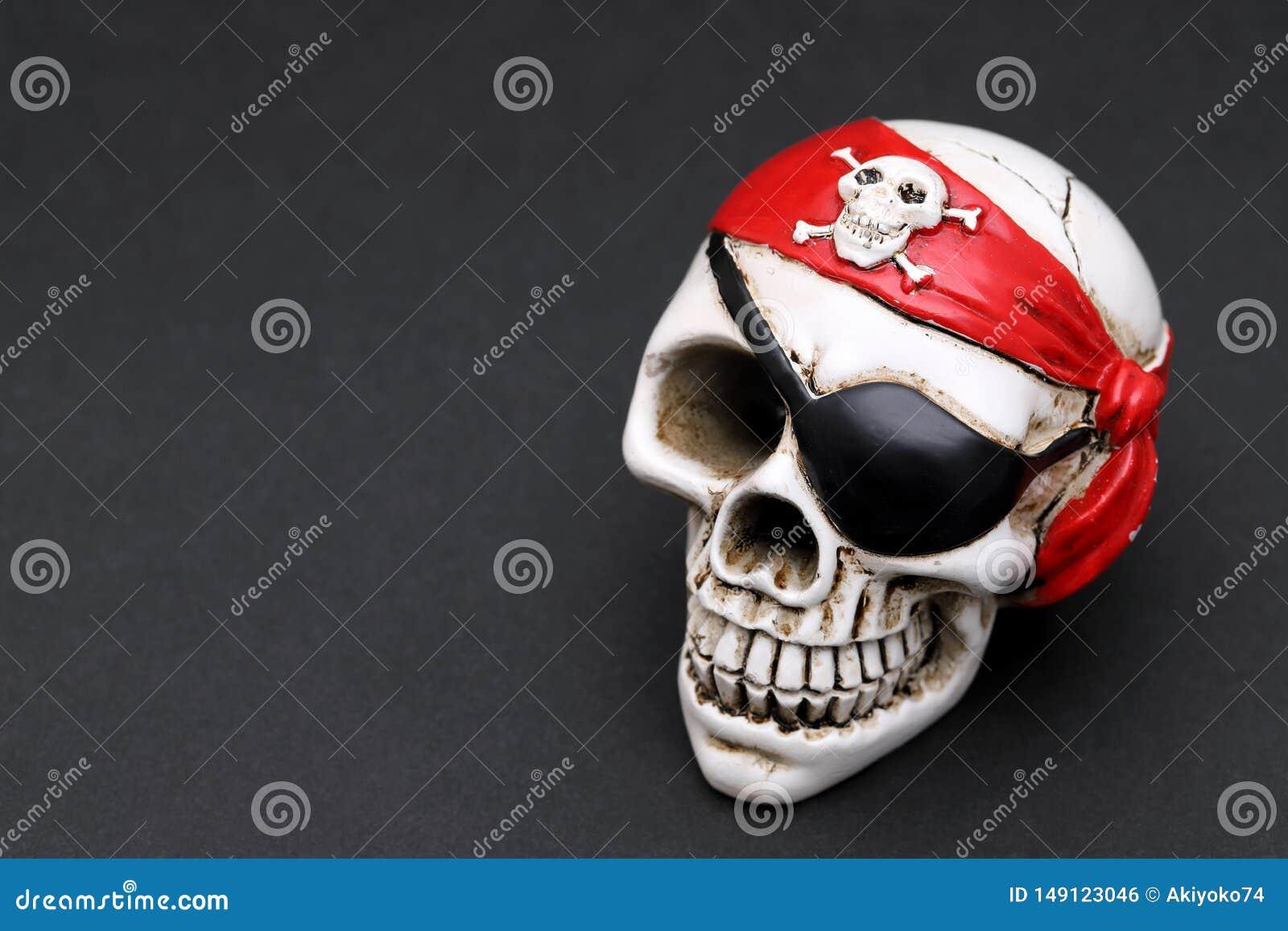 Κρανίο πειρατών με το κόκκινο επικεφαλής μαντίλι για το κεφάλι