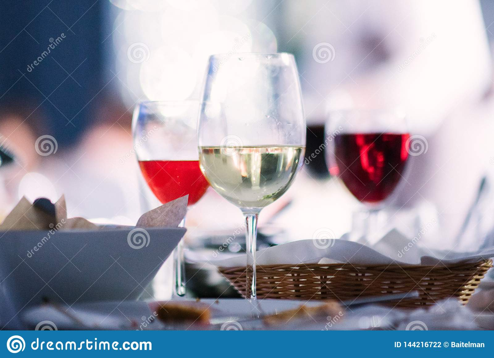 Κρασί των διαφορετικών ποικιλιών στα γυαλιά στον πίνακα