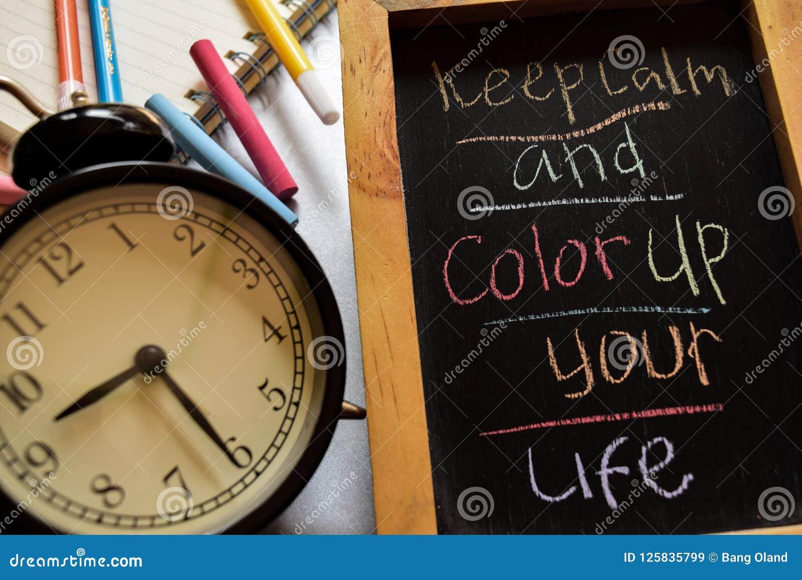 Κρατήστε ήρεμος και χρωματίστε επάνω τη ζωή σας ζωηρόχρωμο σε χειρόγραφο φράσης στον πίνακα κιμωλίας, το ξυπνητήρι με το κίνητρο