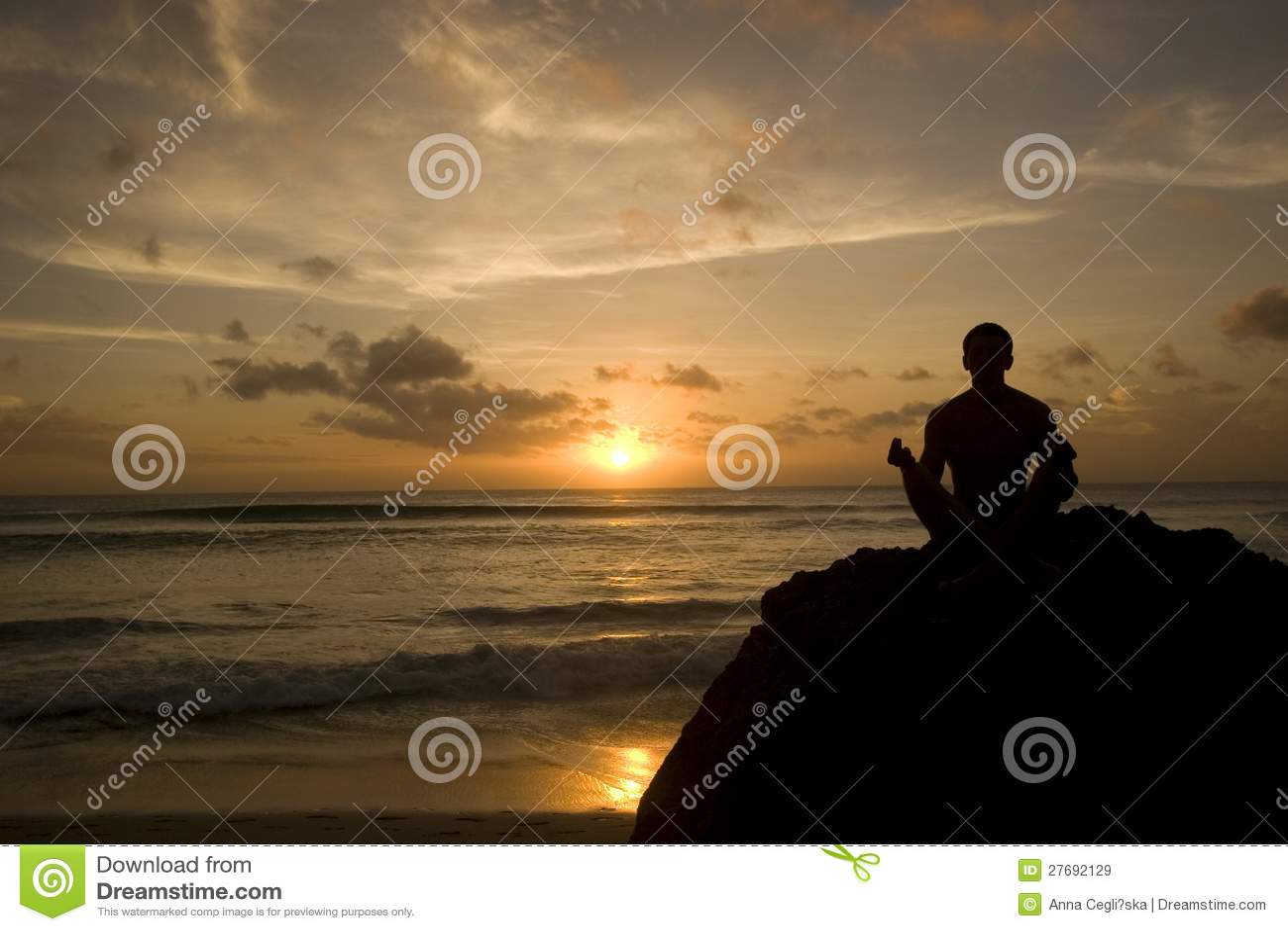 Κρατώντας τον ήλιο - νεαρών άνδρων στην παραλία