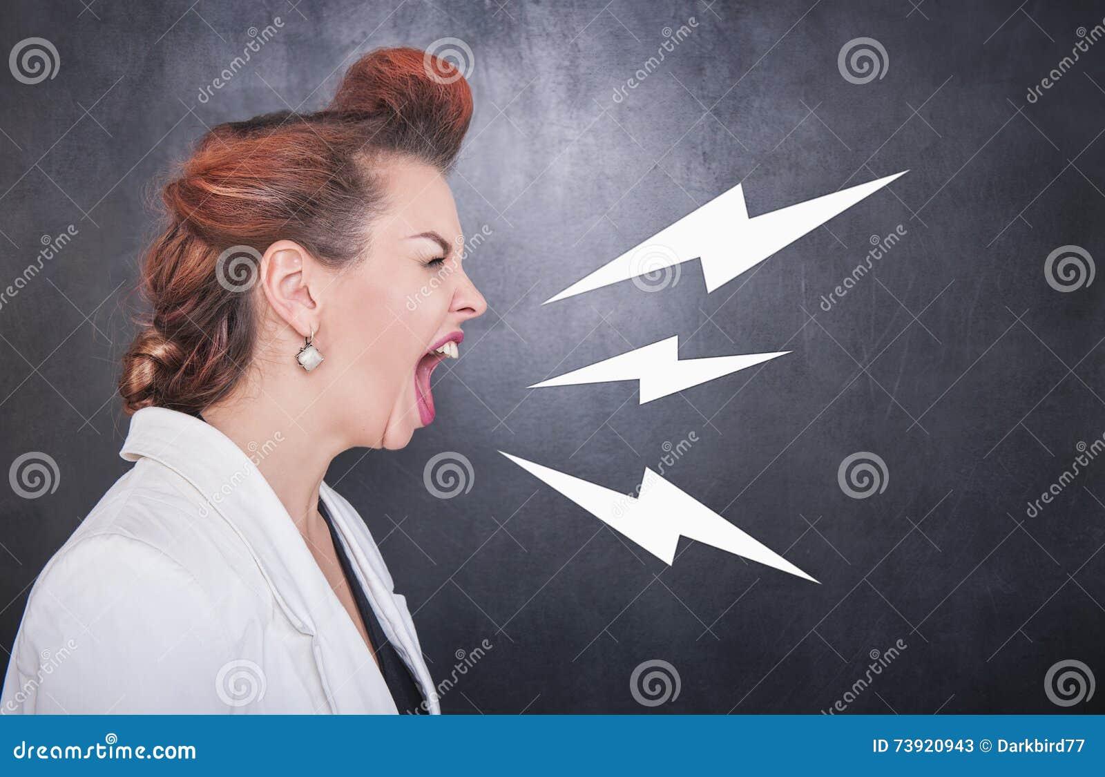 κραυγάζοντας γυναίκα στο υπόβαθροη πινάκων