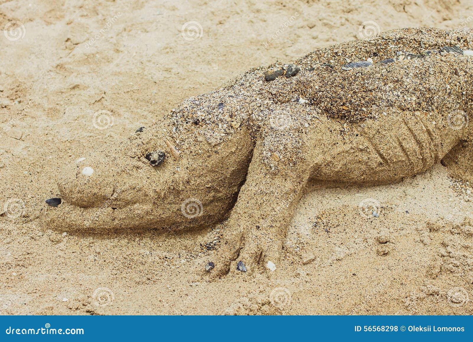 Download Κροκόδειλος που γίνεται από την άμμο στην παραλία Στοκ Εικόνες - εικόνα από κροκόδειλος, γίνοντας: 56568298