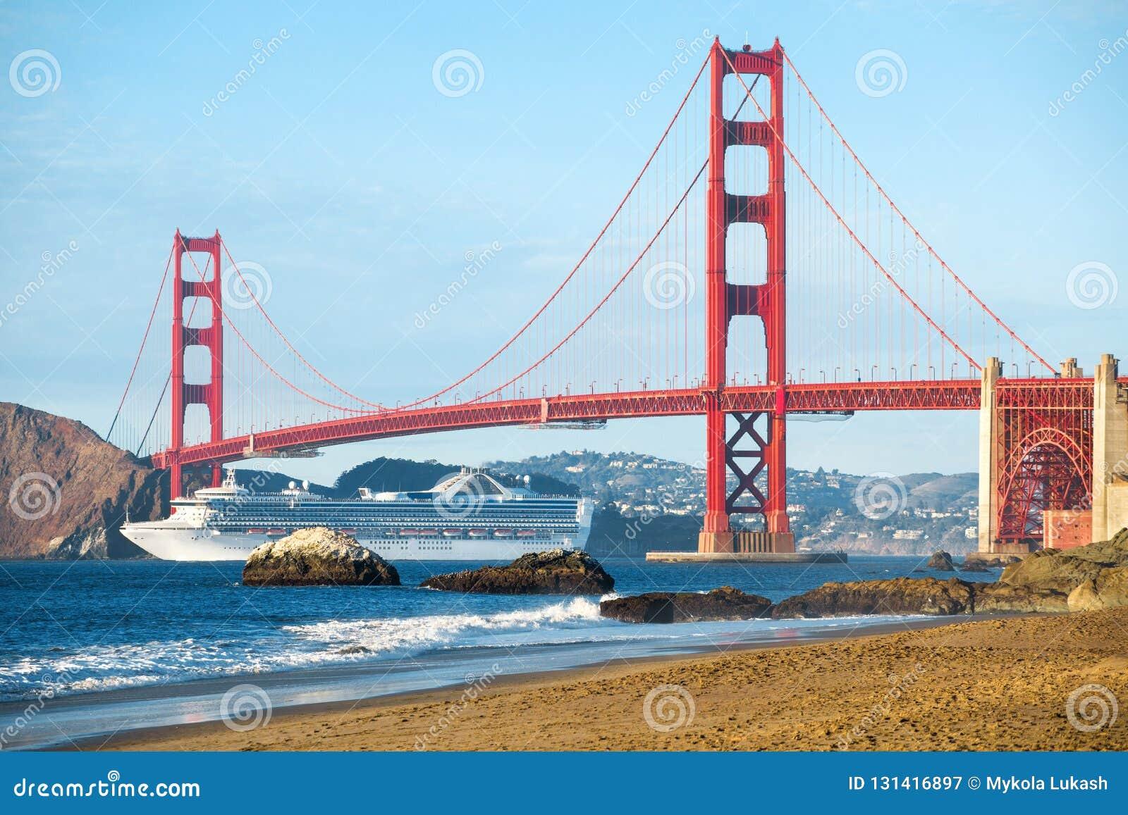 Κρουαζιερόπλοιο που περνά τη χρυσή γέφυρα πυλών με τον ορίζοντα του Σαν Φρανσίσκο στο υπόβαθρο, Καλιφόρνια, ΗΠΑ