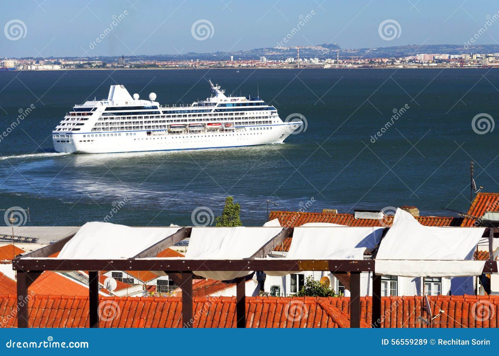 Download Κρουαζιερόπλοιο πολυτέλειας στη Λισσαβώνα Στοκ Εικόνα - εικόνα από μεσογειακός, ναυσιπλοΐα: 56559289
