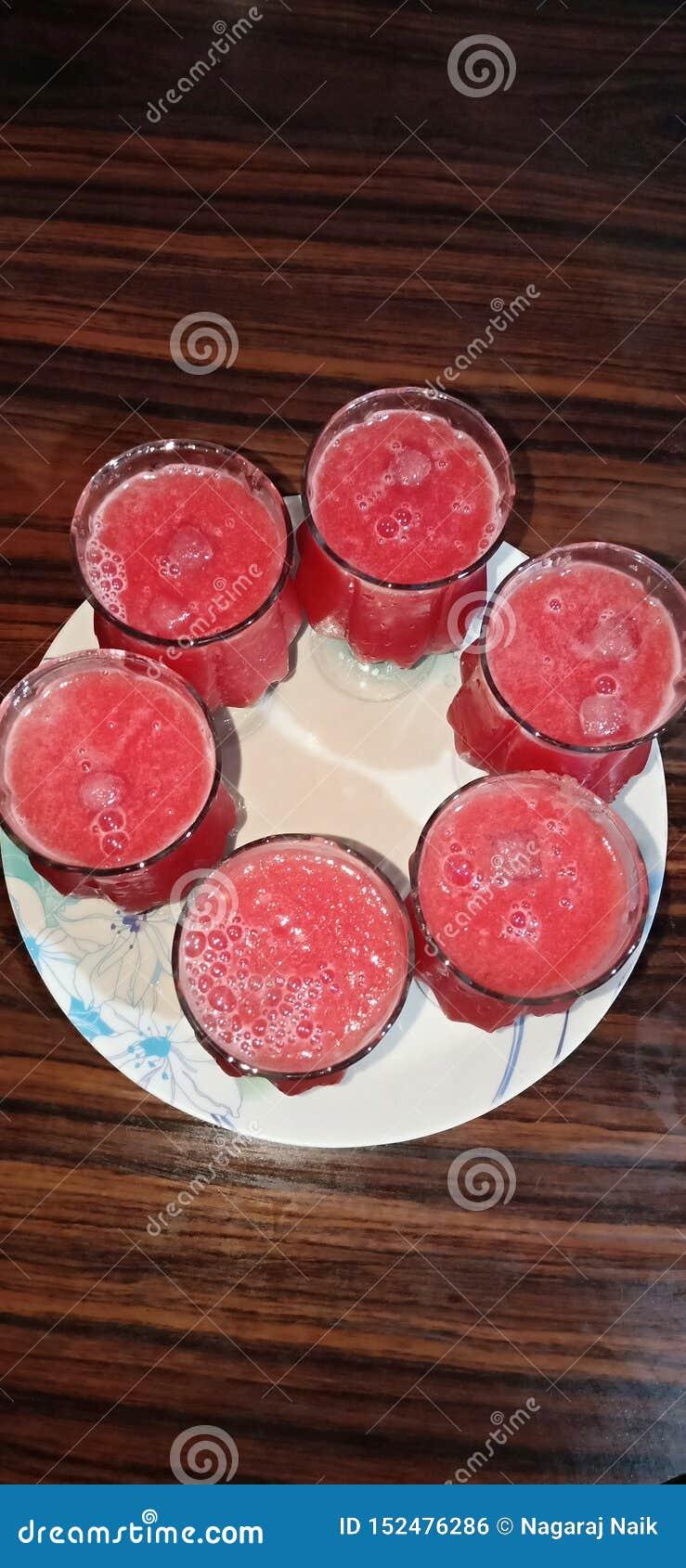 Κρύο ποτό κύβων πάγου καρπουζιών χυμού