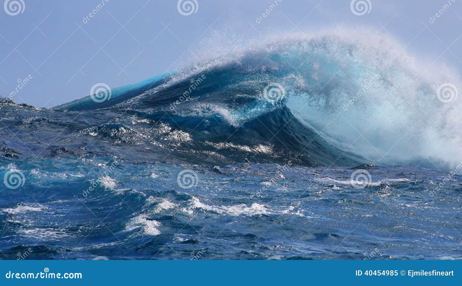 Κρύσταλλο-μπλε τροπικό ωκεάνιο κύμα