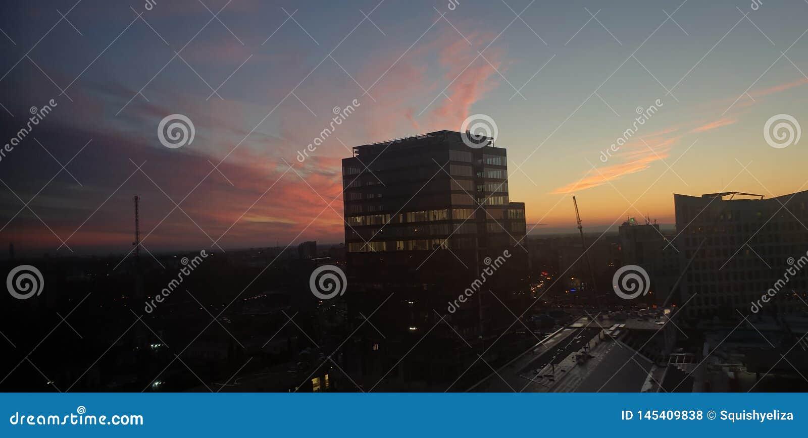 Κτίριο γραφείων στο timisoara Ρουμανία στο ηλιοβασίλεμα - openville ένωσε το εμ