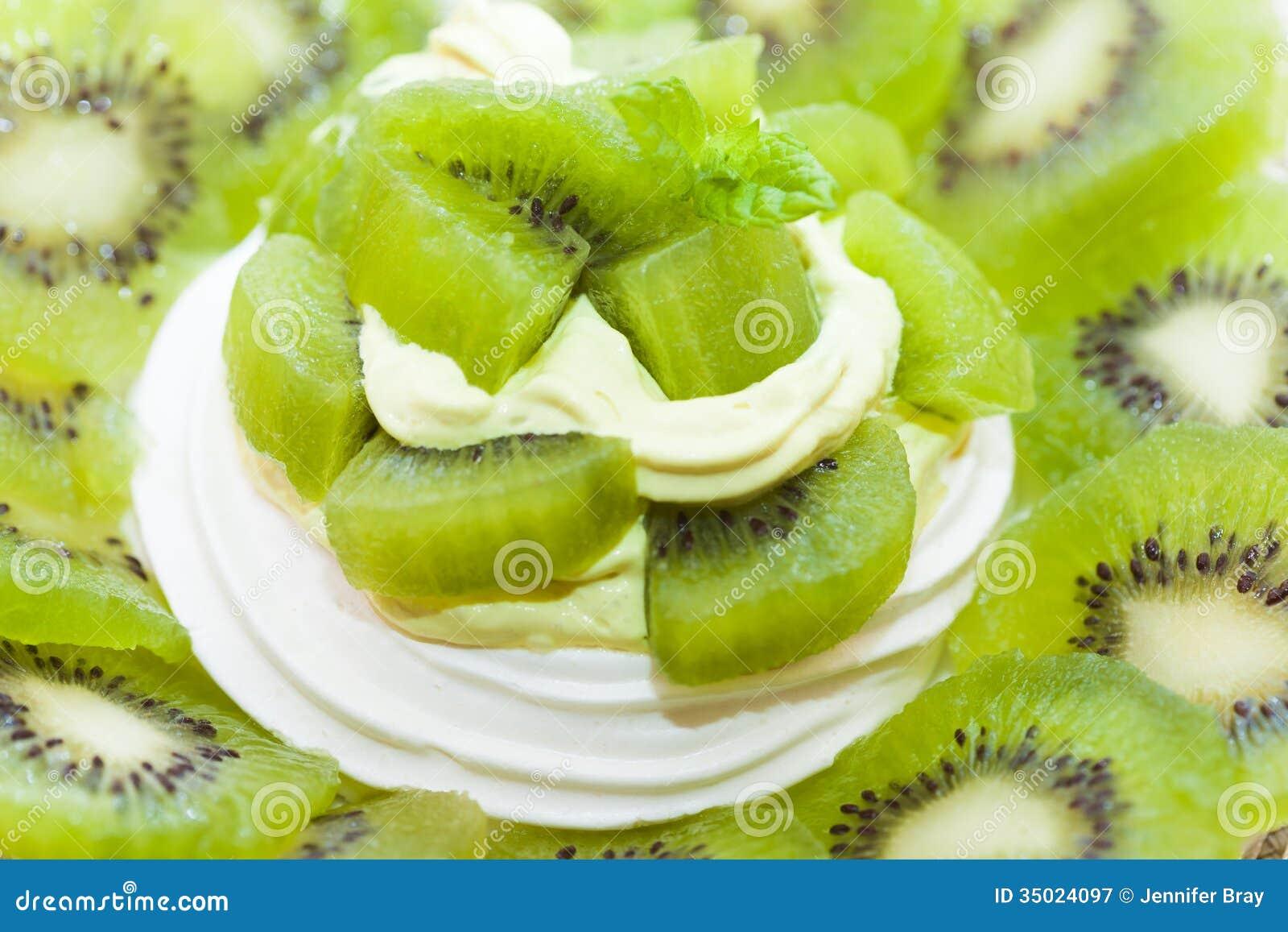 Κτυπημένα κρέμα ακτινίδιων φρούτα και επιδόρπιο φωλιών μαρέγκας