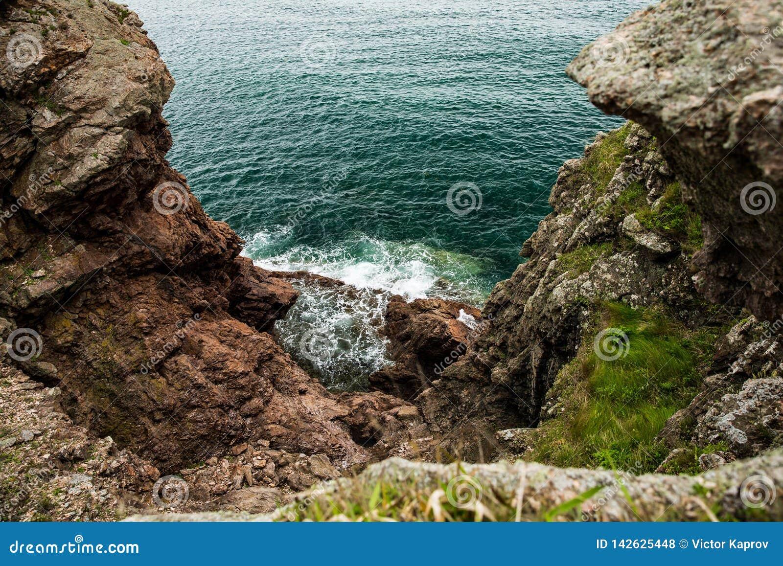 Κυανή θάλασσα της Ιαπωνίας και των κόκκινων βράχων
