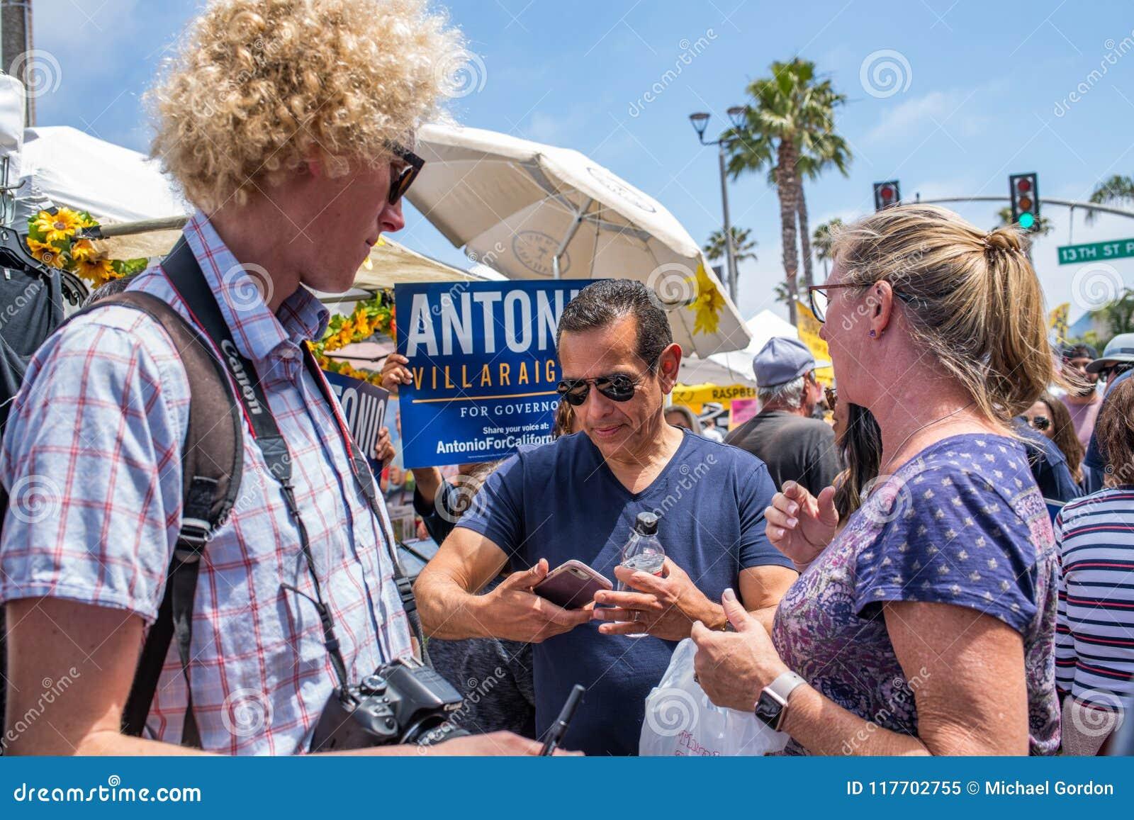 Κυβερνητικός υποψήφιος Antonio Villaraigosa Καλιφόρνιας που κάνει εκστρατεία στην παραλία Hermosa, Καλιφόρνια