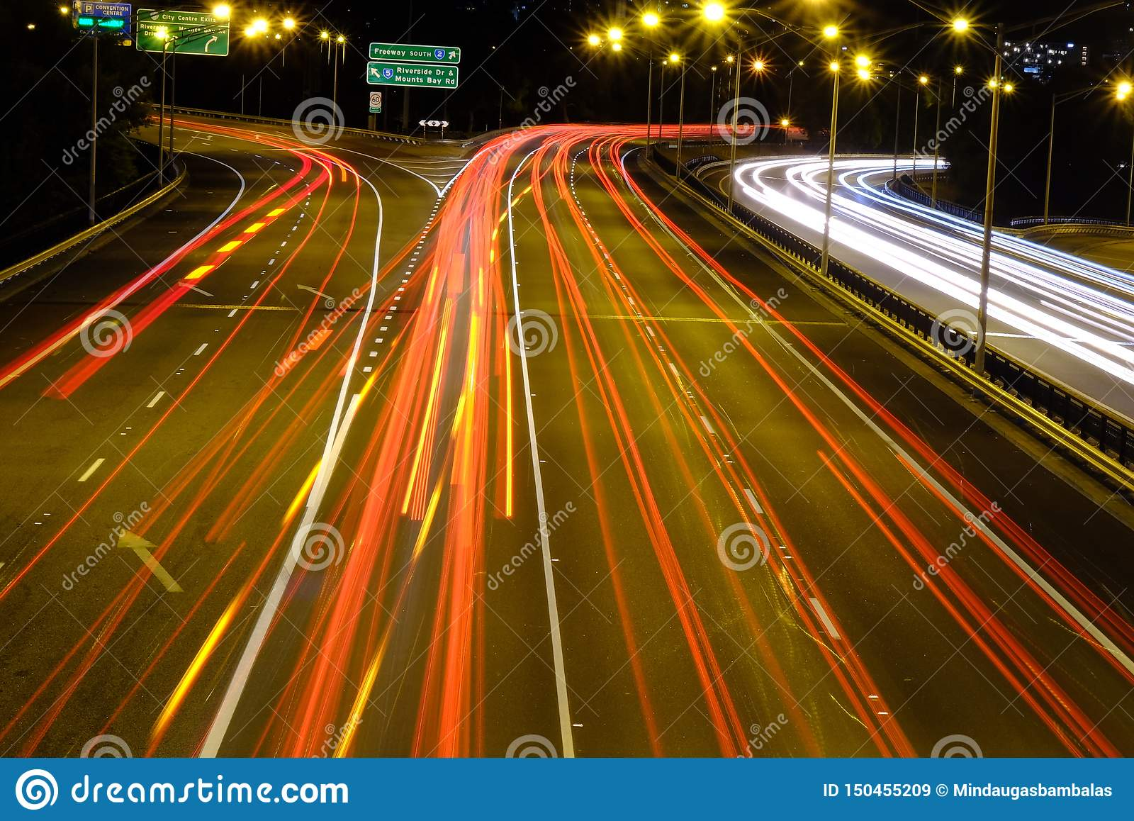 Κυκλοφορία νύχτας στη μεγάλη πόλη Περθ