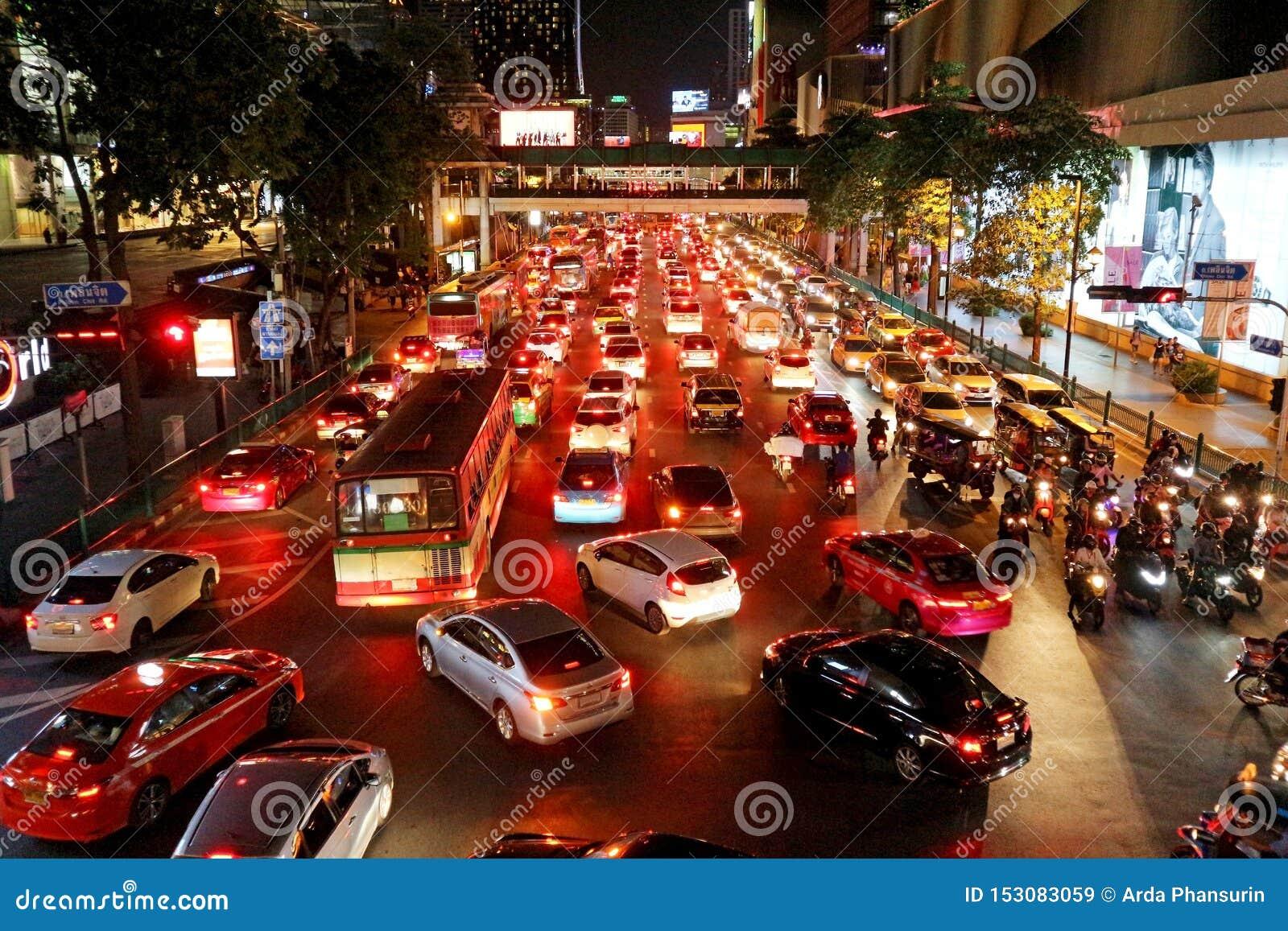 Κυκλοφορία νύχτας στο δρόμο Ploen Chit - Μπανγκόκ, Ταϊλάνδη