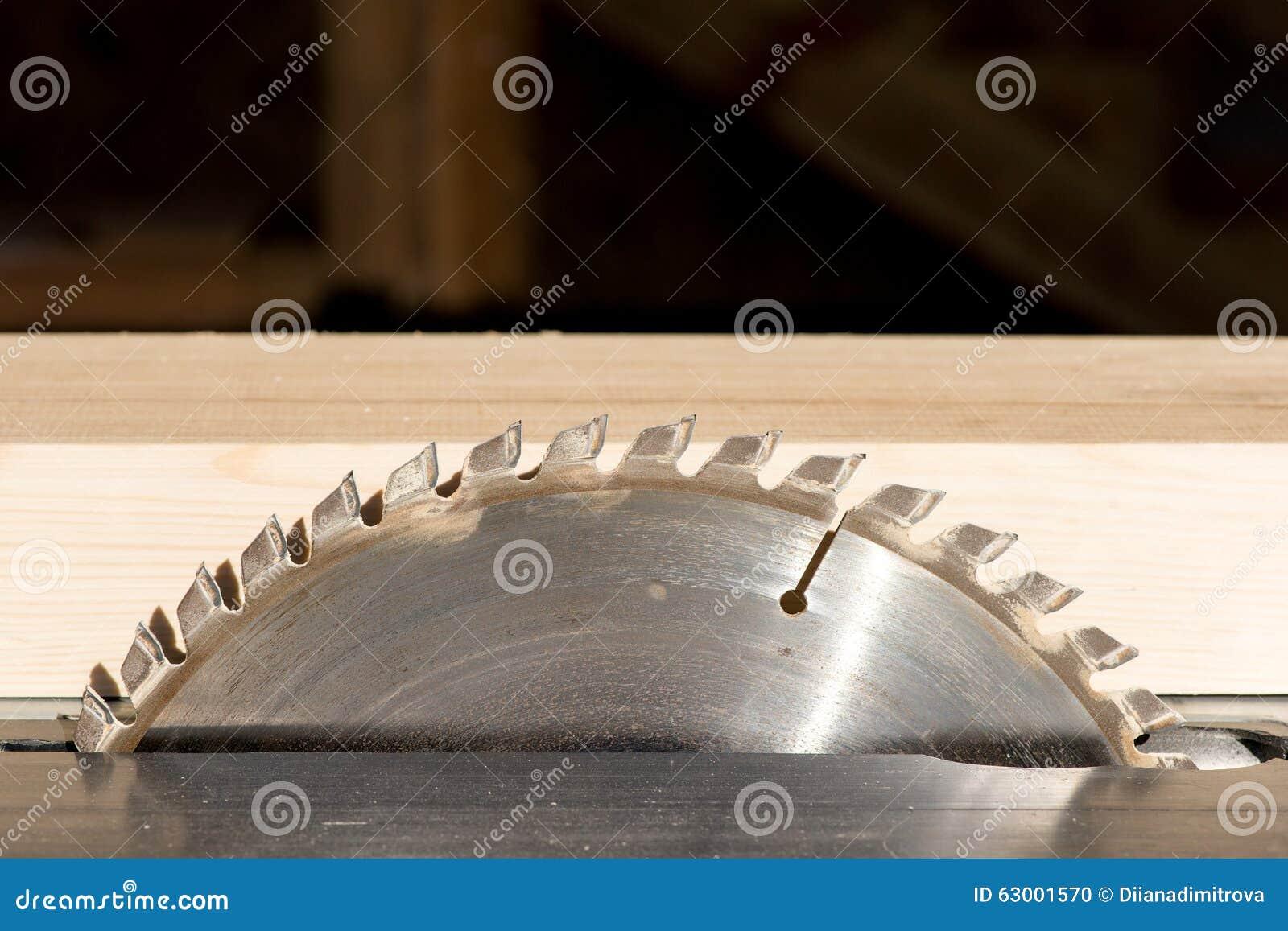 Κυκλικό πριόνι στο κατάστημα του ξυλουργού