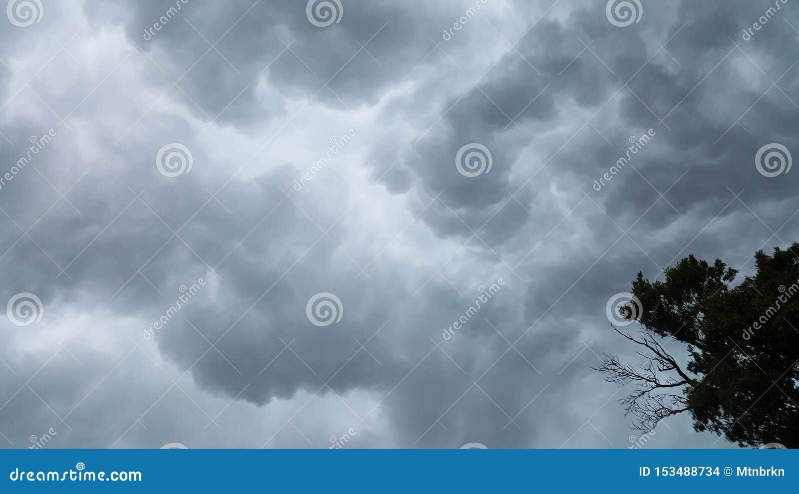 Κυλώντας σύννεφα πριν από τη θύελλα