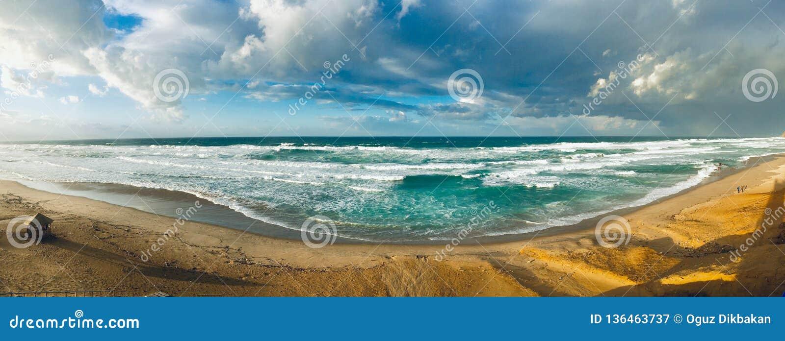 Κυματιστό πανόραμα Μεσογείων στο χρόνο ηλιοβασιλέματος σε Skikda Αλγερία
