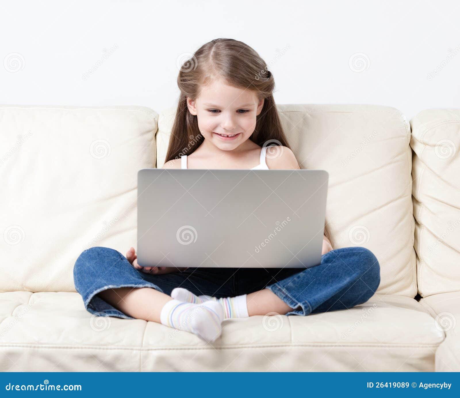 Κυματωγές μικρών κοριτσιών στο διαδίκτυο