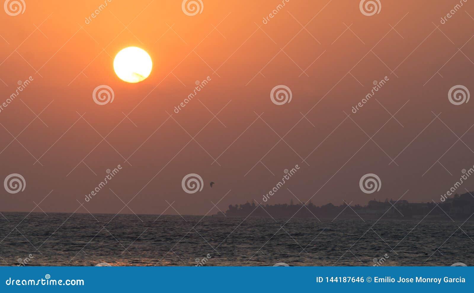 Κυματωγή ικτίνων κάτω από έναν μεγάλο ήλιο marbella