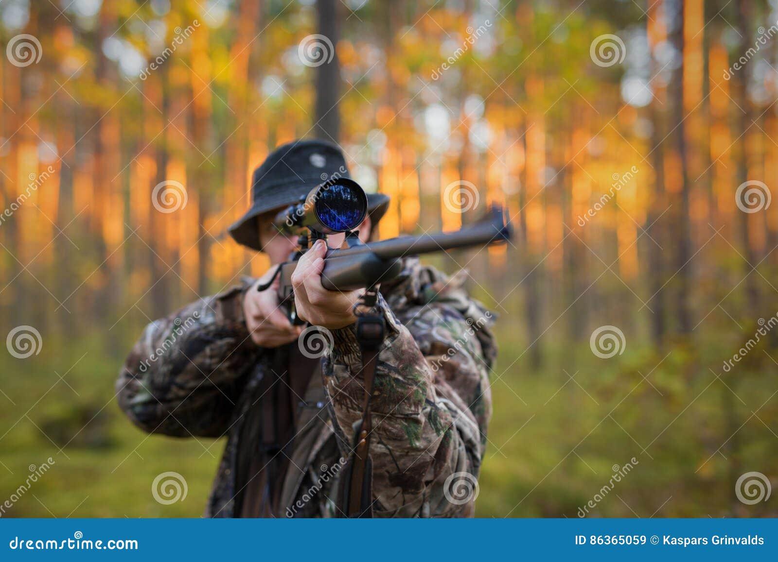 Κυνηγός που πυροβολεί ένα πυροβόλο όπλο κυνηγιού