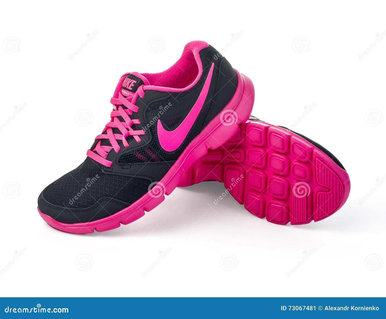 d530c7d755c Chisinau, Μολδαβία 27 Μαΐου 2015: Κυρίας της Nike - τρέχοντας παπούτσια των  γυναικών - πάνινα παπούτσια - εκπαιδευτές, γκρίζος και ρόδινος, ...