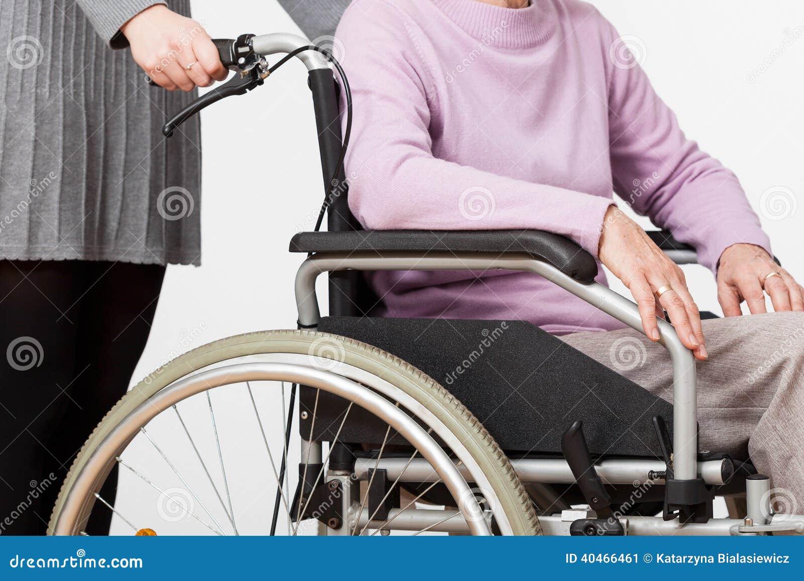 Κυρία στην αναπηρική καρέκλα και ο φύλακάς της