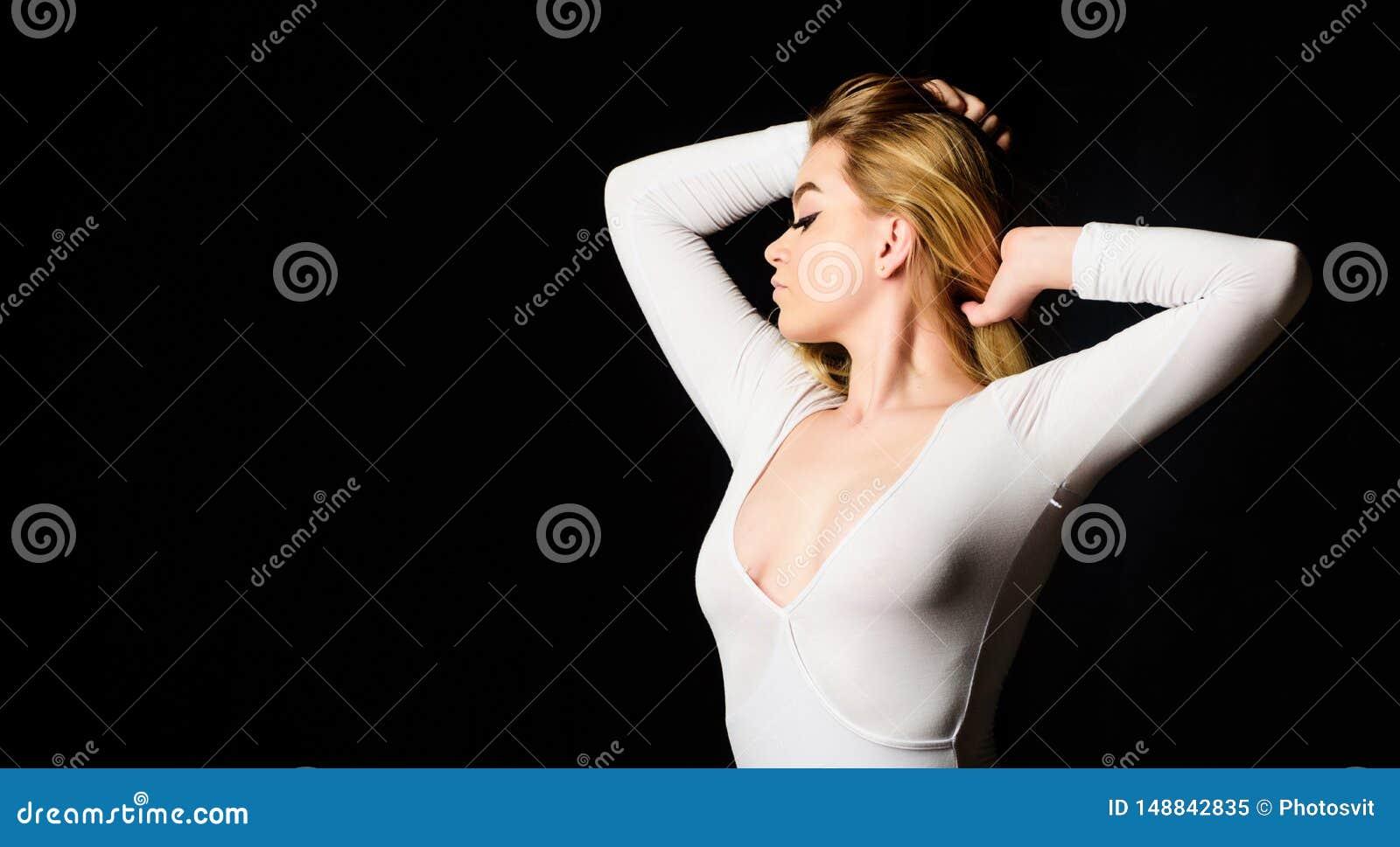 Κυρία στο κομπινεζόν νέο και υγιές Κορίτσι με το ομαλό δέρμα Wellness και SPA Διαδικασία προσοχής ομορφιάς Wellness Μασάζ και
