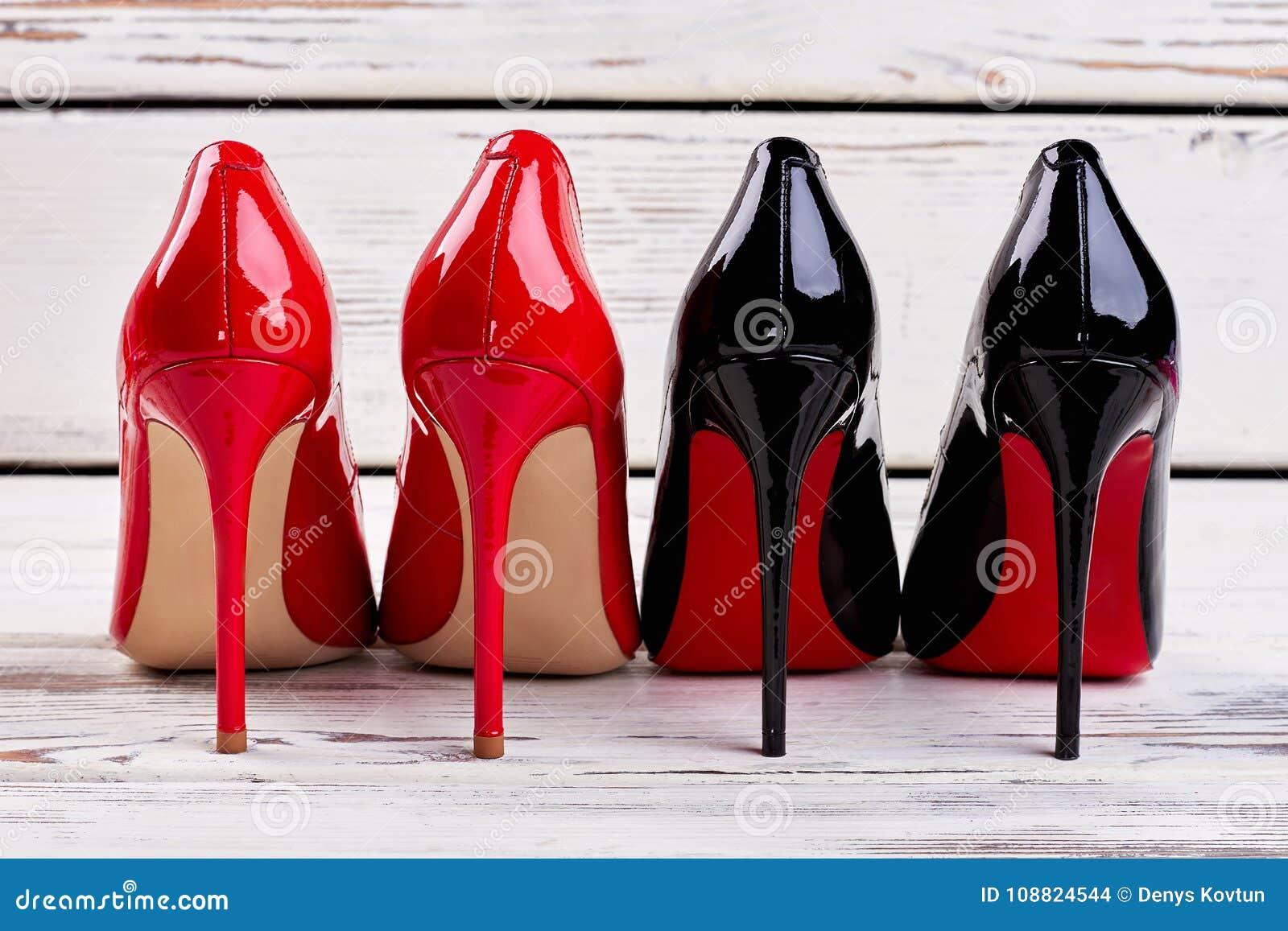 727dee56304 Κόκκινα και μαύρα παπούτσια αντλιών Στοκ Εικόνες - εικόνα από ...