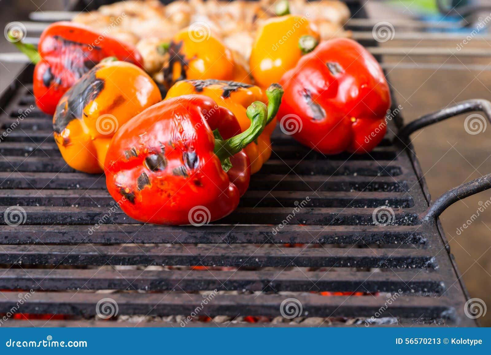 Download Κόκκινα και πορτοκαλιά πιπέρια που μαγειρεύουν στην υπαίθρια σχάρα Στοκ Εικόνα - εικόνα από κόκκινος, ατρόπων: 56570213