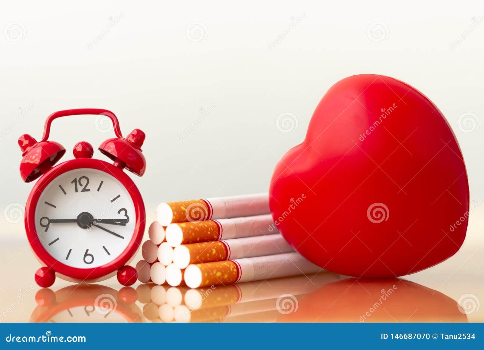 Κόκκινα καρδιά και τσιγάρα Καπνίζοντας τσιγάρο που καταστρέφει την υγεία