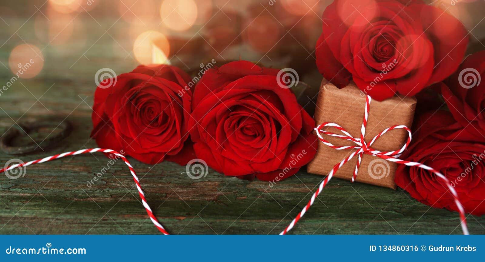 Κόκκινα τριαντάφυλλα με ένα μικρό δώρο