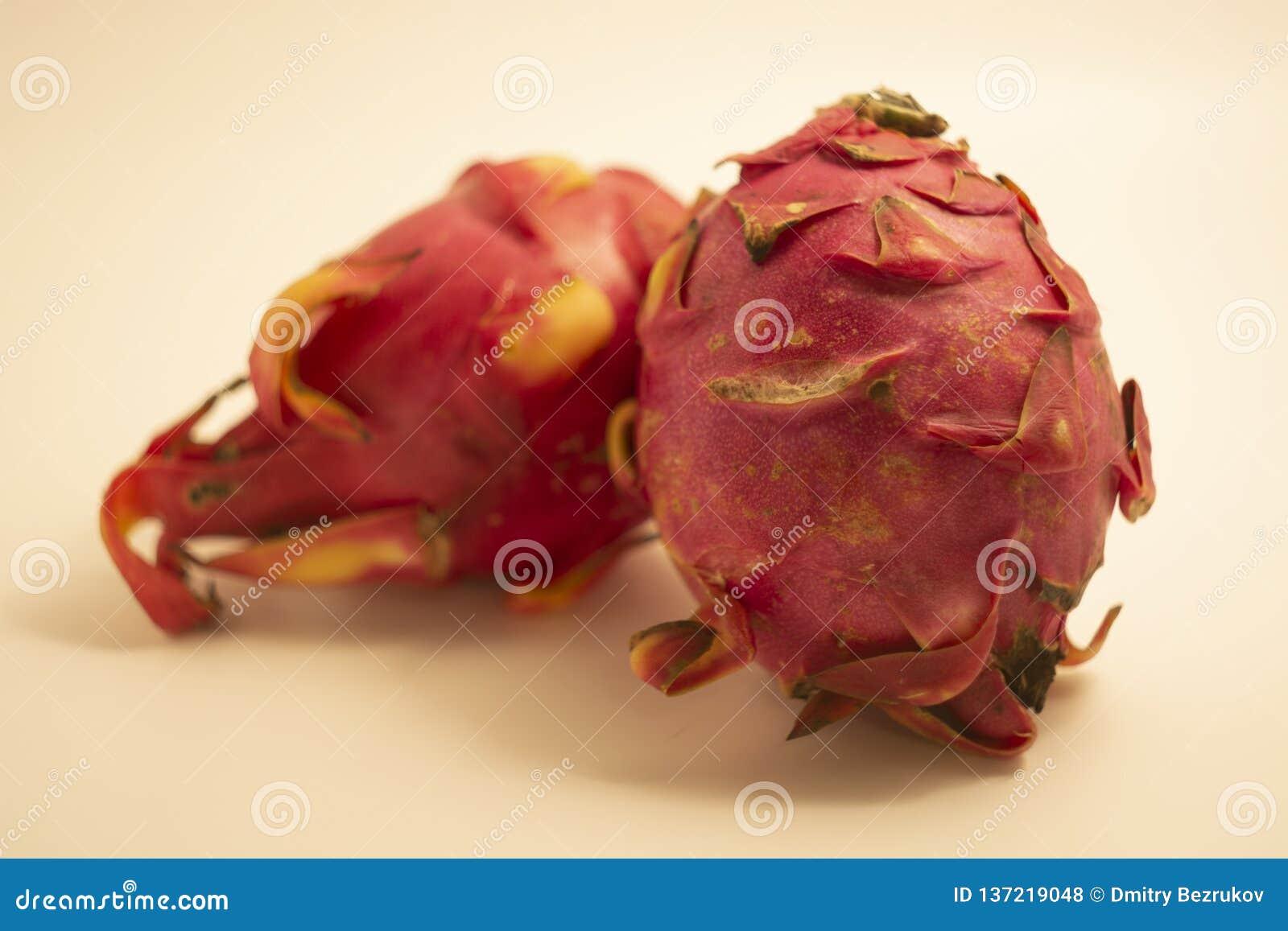 Κόκκινα φρούτα δράκων που απομονώνονται στο άσπρο υπόβαθρο
