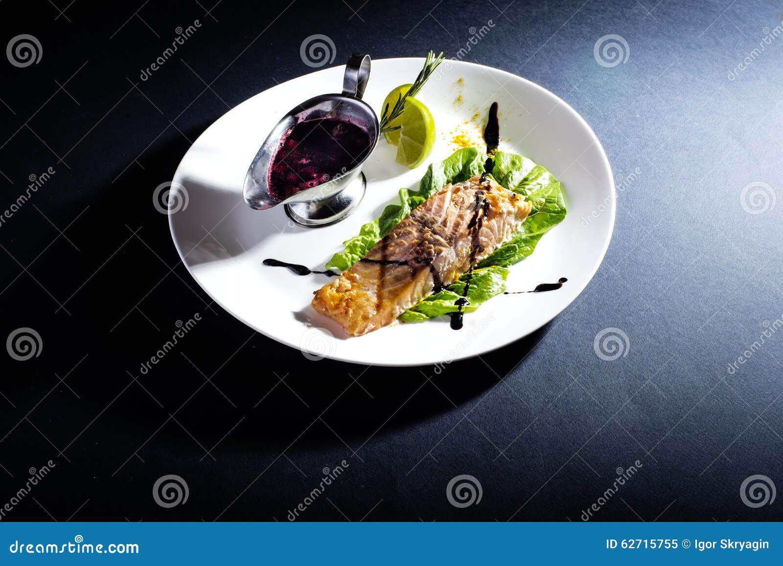 Κόκκινα ψάρια με τη σάλτσα